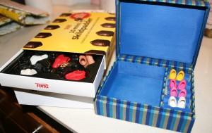 Opbevaring af barbiesko i chokoladeemballage og gammelt smykkeskrin.