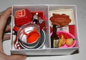 Køkkenting til barbiedukkerne i rumopdelt emballageæske.